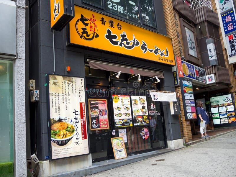 TOKIO, JAPÓN 28 DE JUNIO - 2017: Restaurante en el distrito de luces rojas de Kabukicho, cerco de edificios grandes y imagen de archivo