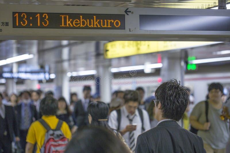 TOKIO, JAPÓN - 31 DE MAYO DE 2016: Subterráneo del metro de Tokio fotografía de archivo