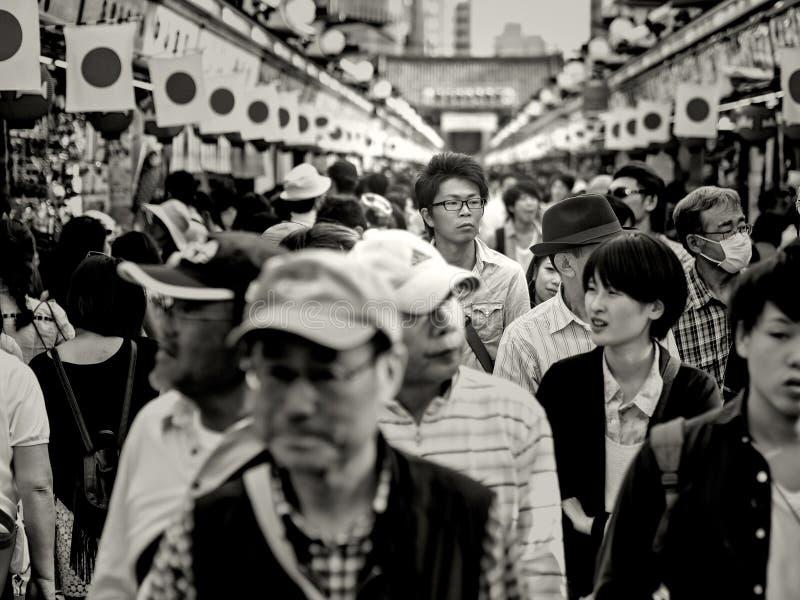 Tokio, Japón - 3 de mayo: El hombre japonés alto no identificado camina con las muchedumbres en la calle de Nakamise cerca del te fotografía de archivo