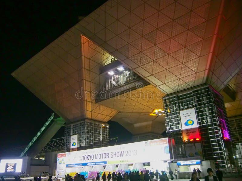 TOKIO, JAPÓN - 23 de noviembre de 2013: Entrada de la vista grande de Tokio al 43.o salón del automóvil de Tokio en la noche fotos de archivo libres de regalías