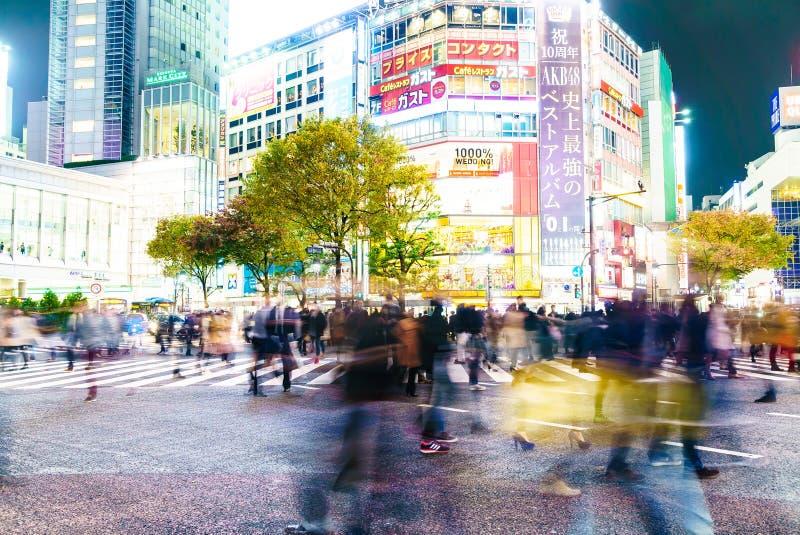 TOKIO, JAPÓN - 25 de noviembre de 2015: Paseo apretado de la gente en Shibuy imagenes de archivo