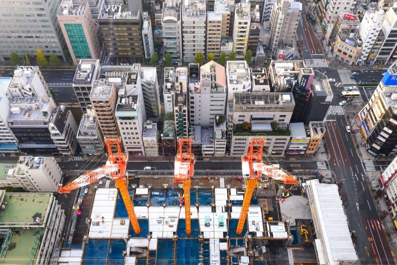 TOKIO, JAPÓN - 20 de noviembre de 2016, tres grúas que trabajan en el co foto de archivo libre de regalías