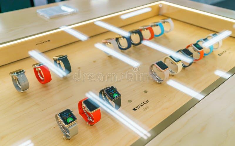 TOKIO, JAPÓN - 21 DE NOVIEMBRE DE 2015: Un par de nuevo Apple mira el SP foto de archivo libre de regalías
