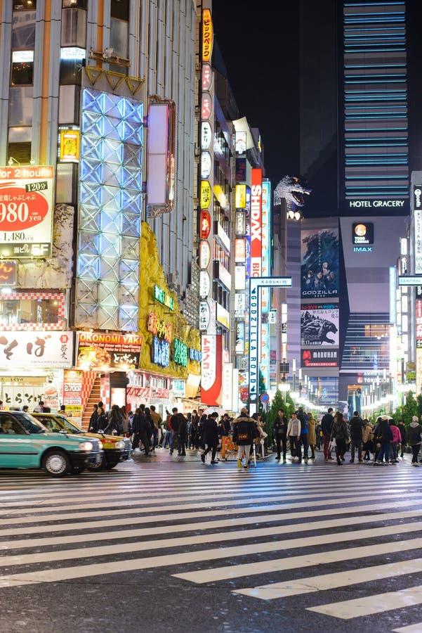 Tokio, Japón - 14 de noviembre de 2017: El lado opuesto de esta calle es lugar famoso del camino de Godzilla en Shinjuku Tokio Ja imagenes de archivo