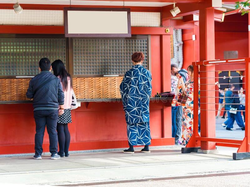 TOKIO, JAPÓN - 7 DE NOVIEMBRE DE 2017: Gente cerca del templo Asakusa Schrein Senso-ji Copie el espacio para el texto foto de archivo