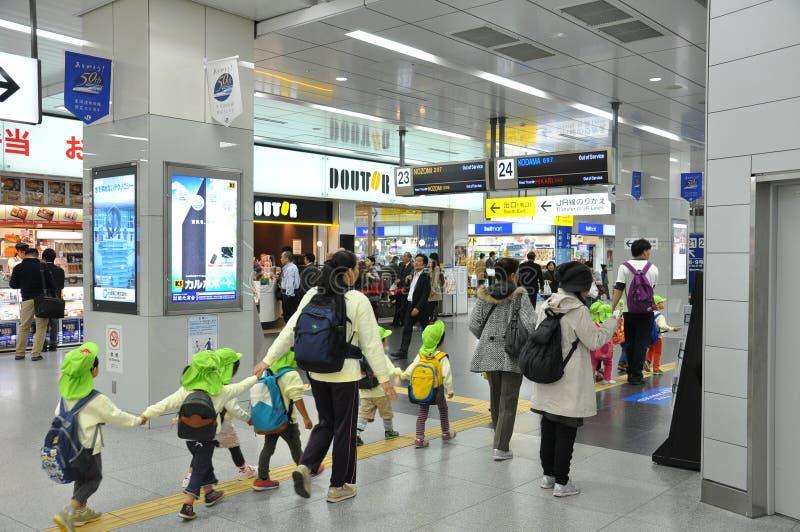 Tokio, Japón: 6 de noviembre de 2014 - grupo de los estudiantes le de la guardería foto de archivo libre de regalías
