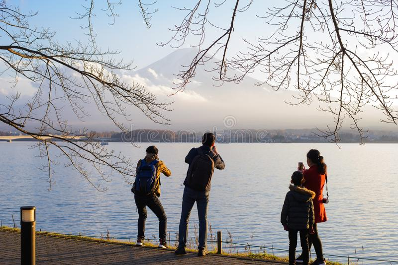 Tokio, Japón - 15 de noviembre de 2017: La gente no identificada toma una foto y opinión del goce de la naturaleza, Fuji del Kawa imágenes de archivo libres de regalías
