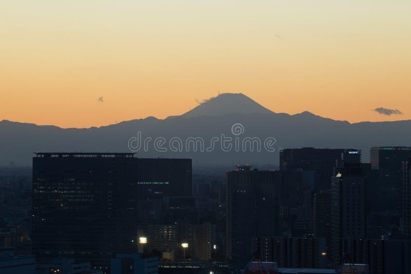 Tokio, JAPÓN - 19 de noviembre de 2017: Vea el paisaje urbano y el monte Fuji de la noche del edificio de Fuji TV en Odaiba imagen de archivo libre de regalías