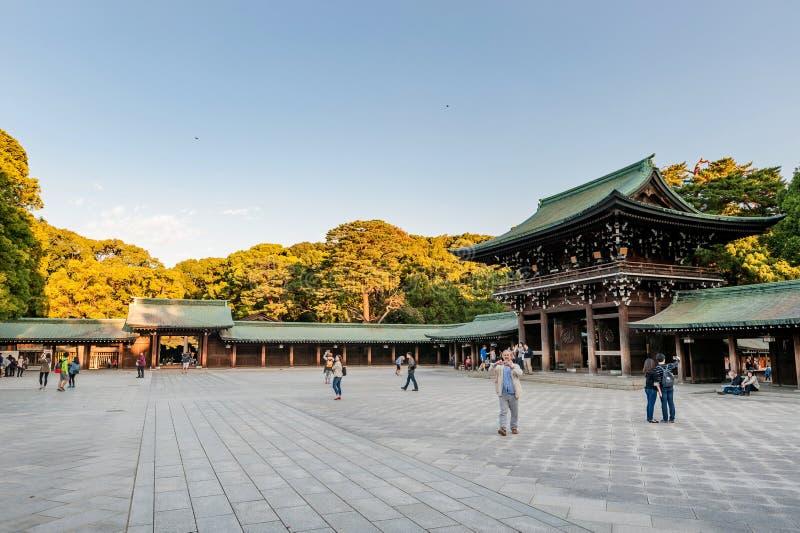 TOKIO, JAPÓN - 7 DE OCTUBRE DE 2015: Entrada a Meiji Shrine imperial situada en Shibuya, capilla de Tokio que se dedica al deifi imagenes de archivo