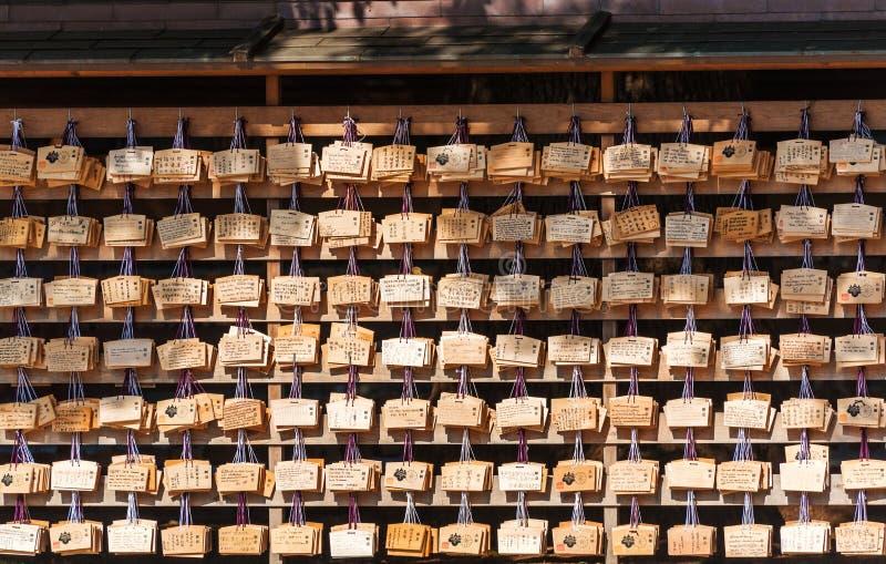 TOKIO, JAPÓN - 31 DE OCTUBRE DE 2017: Tabletas de madera con deseos en el templo Meiji-Schrein fotografía de archivo libre de regalías