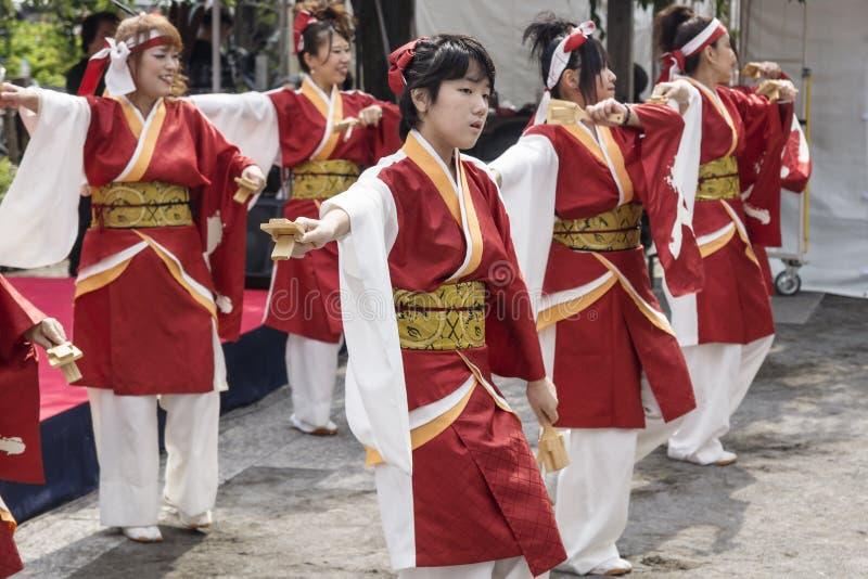 Tokio, Japón - 24 de septiembre de 2017: Bailarines en la ropa tradicional perfoming danza japananese en el festival de Shinagawa imágenes de archivo libres de regalías
