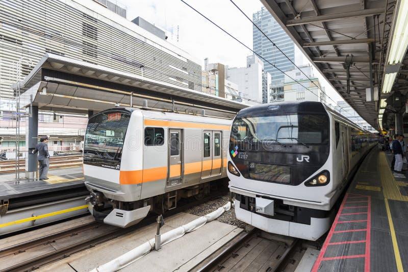 Tokio, Japón - 30 de septiembre de 2016: Tren ferroviario de Japón en la estación de Shinjuku imágenes de archivo libres de regalías