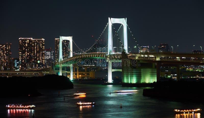 Tokio, Japón 08 29 2017: opinión de la ciudad del nignt en el puente del arco iris en la isla de Odaiba fotografía de archivo libre de regalías