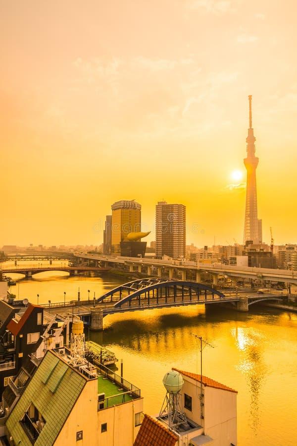 Tokio, Jap?n 3 de agosto de 2018: Edificio hermoso de la arquitectura en la ciudad de Tokio con el ?rbol del cielo de Tokio fotos de archivo