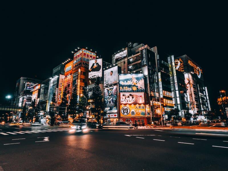 TOKIO, JAP?N - 5 DE AGOSTO DE 2018: Mucha de las muestras ?rea de Akihabara adentro, el lugar con electr?nica, ordenador de los v imagen de archivo libre de regalías