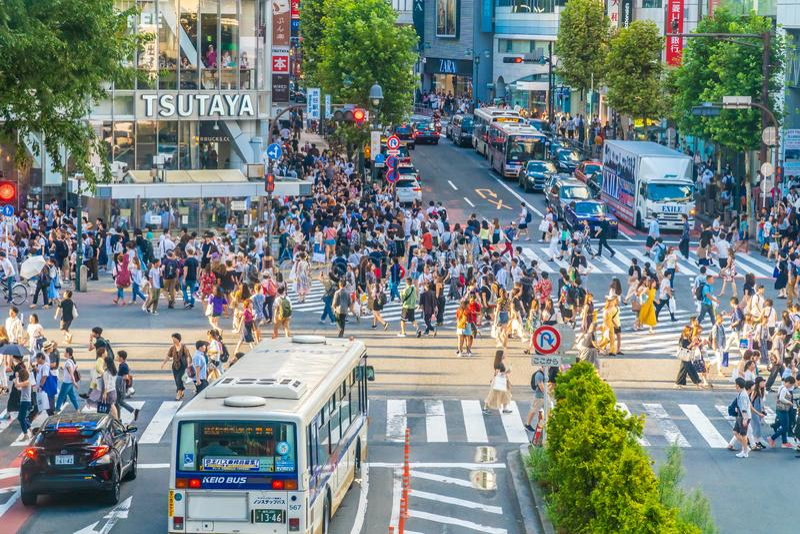 Tokio, Jap?n 29 de julio de 2018: La intersecci?n o la traves?a de Shibuya es el lugar popular y de la se?al en Tokio para la con fotos de archivo