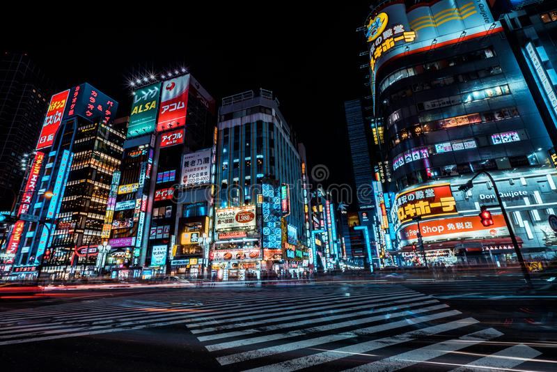 Tokio, Japan - 25-9-18 - Mooie lichten van het district Shinjuku in Tokyo 's nachts royalty-vrije stock fotografie
