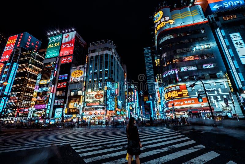 Tokio, Japan - 25-9-18 - Mooie lichten van het district Shinjuku in Tokyo 's nachts stock afbeeldingen
