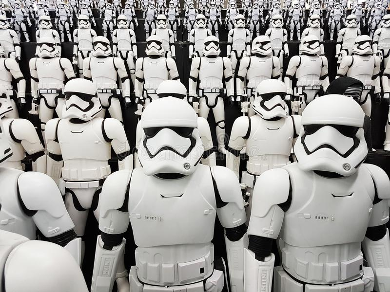 TOKIO, JAPONIA, Akihabara, 10 - LIPIEC, 2017: Ujawnienie modeluje gwiezdnych wojn postaci stormtroopers zdjęcie stock