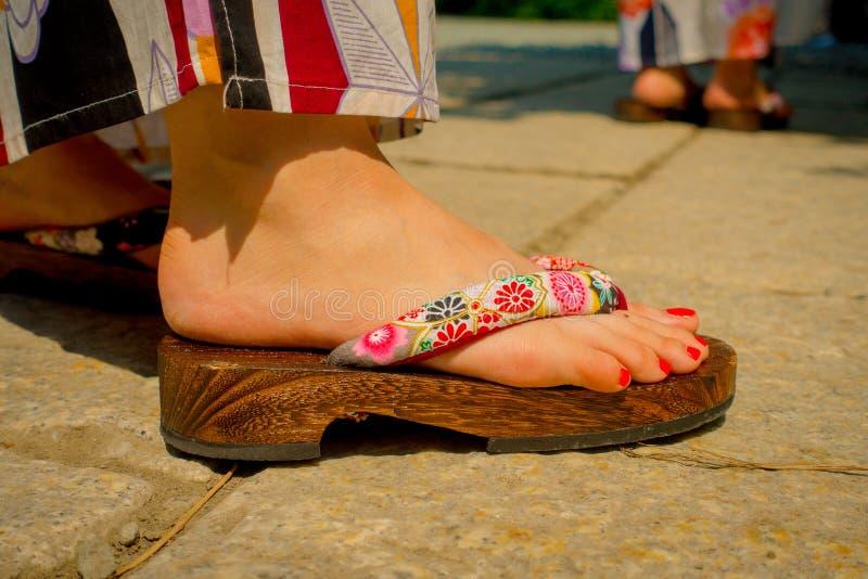 TOKIO, JAPONIA CZERWIEC 28, 2017 -: Zamyka up cieki jest ubranym drewnianych sandały w Kamakura kobieta, Tokio Japonia zdjęcia stock