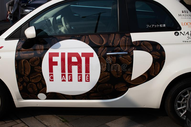 Tokio, Japonia: Fiat Alfa Romeo centrum - Fiat Chrysler samochody NV FCA z kawiarnią fotografia royalty free