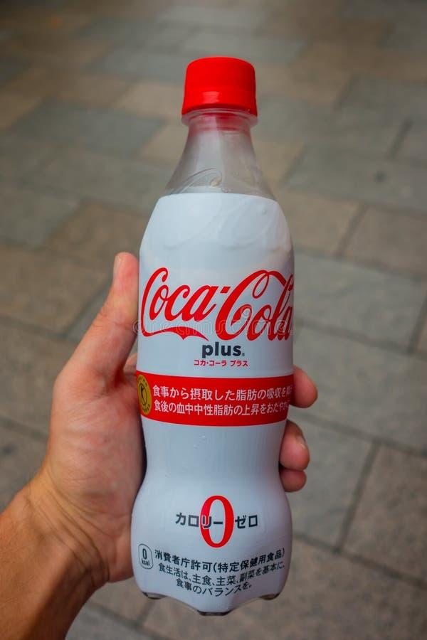 TOKIO, JAPONIA -28 2017 JUN: Wręcza holdin nowej koka-koli Plus, teraz dostępny w niektóre automatach w Japonia zdjęcia royalty free