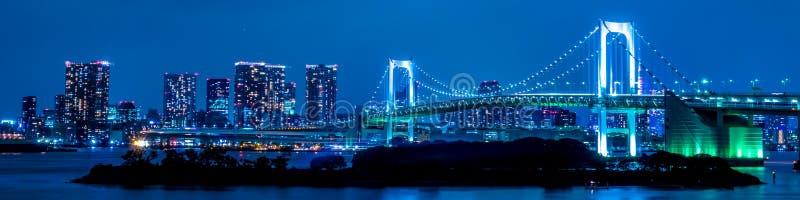 Tokio, Japonia linia horyzontu z tęcza mostem przy nocą obrazy royalty free