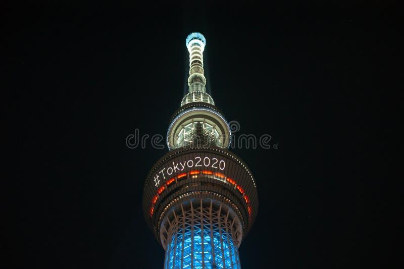 Tokio, Japonia - 29 lipca 2019 r.: Wieża skytree jest oświetlona w nocy ogłaszając olimpiadę Tokio 2020 hashtagiem zdjęcie stock