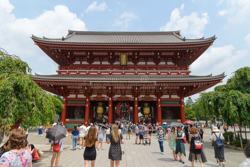TOKIO JAPONIA, LIPIEC, -, 2018: Wiele turyści przy Senso-ji Buddyjską świątynią - lokalizować w Asakusa okręgu Senso-ji świątynia fotografia stock