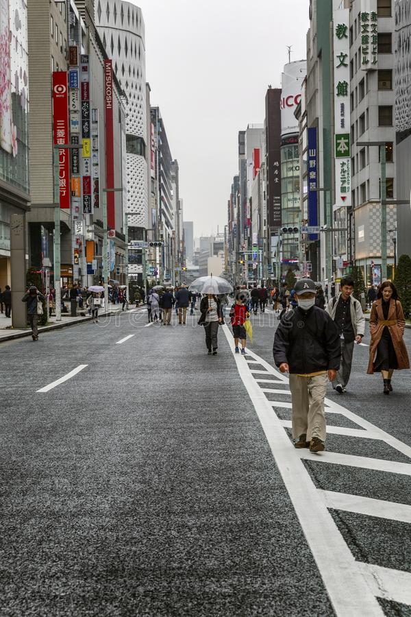 Tokio, Japonia, 04/08/2017 Ludzie spaceru wzdłuż zwyczajnego ulicznego Ginza fotografia stock