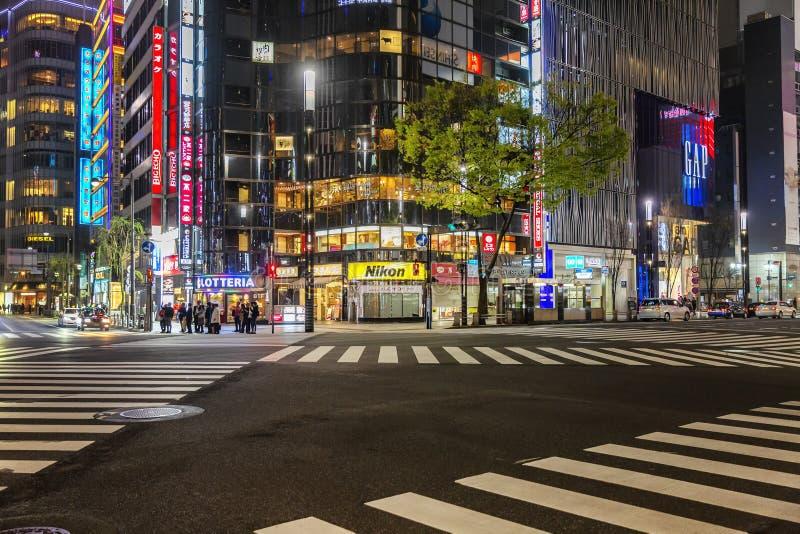 Tokio, Japonia, 04/08/2017: Nocy ulica metropolia zdjęcie stock