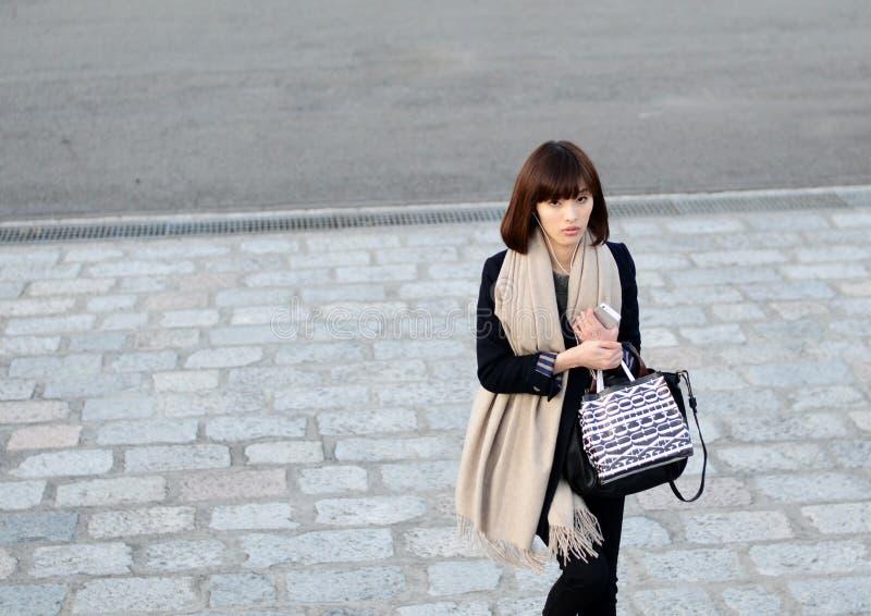 TOKIO, JAPONIA - OKOŁO LISTOPAD 2013: Niezidentyfikowana modna kobieta zdjęcie stock