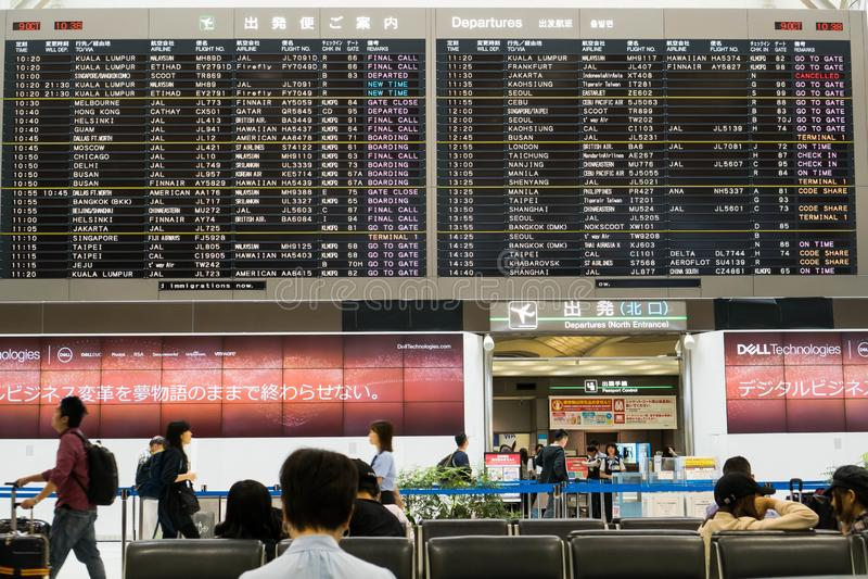 Tokio Japonia, Październik, - 9, 2018: Czekać na someone podczas gdy patrzejący lota rozkład fotografia stock