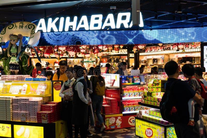 Tokio Japonia, Październik, - 9, 2018: ludzie kupują ich ostatnich foods i pamiątki na czysto ich rodziny za granicą obrazy stock