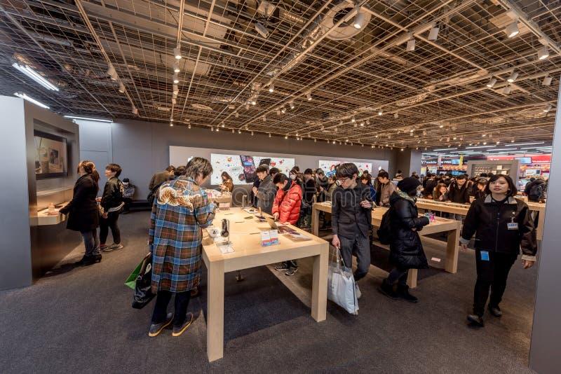 TOKIO JAPONIA, STYCZEŃ, - 28, 2017: Akihabara okręg w Tokio Yodobashi Akiba sklepu wnętrze zdjęcia stock