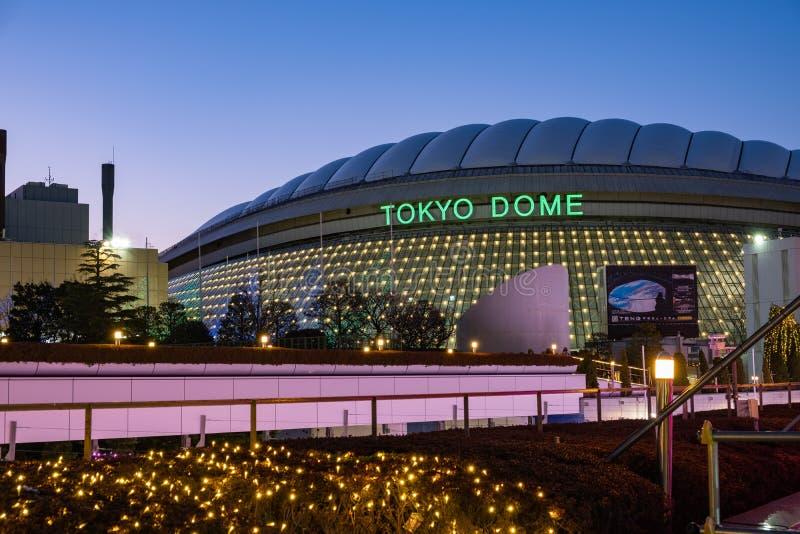 Tokio kopuły arena buduje ciasnego strzał przy błękitną godziną zdjęcia royalty free