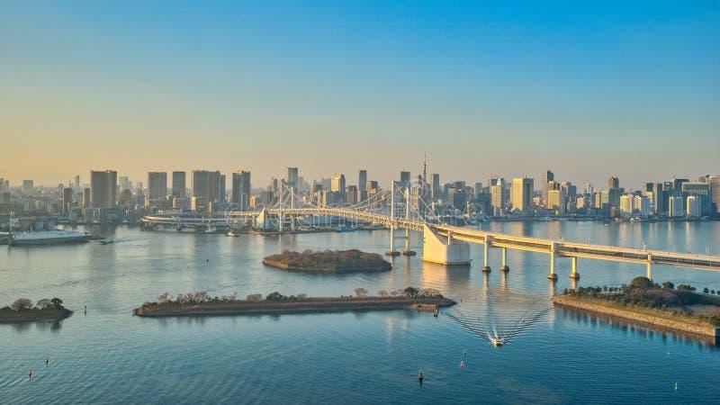 Tokio linia horyzontu na Tokio zatoce przy Odaiba w Tokio, Japonia zdjęcie royalty free