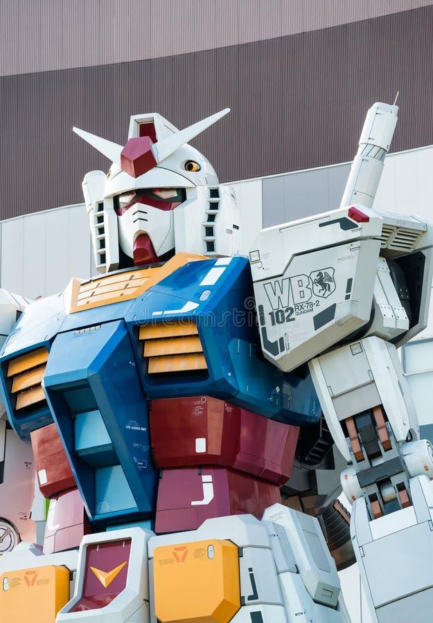 TOKIO, MAJ - 22, 2016: Pełnych rozmiarów Mobilny kostium Gundam Przy magistralą ilustracja wektor