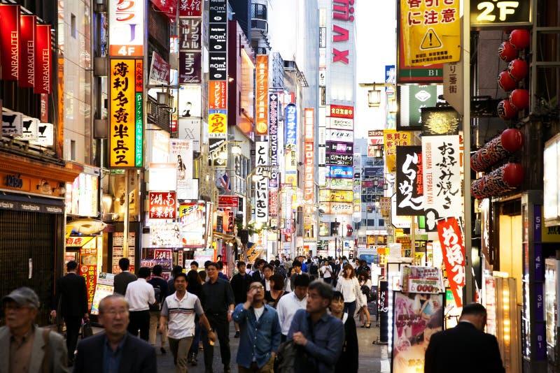Tokio neonowe latarnie uliczne w turystycznym Kabukicho okręgu obraz stock