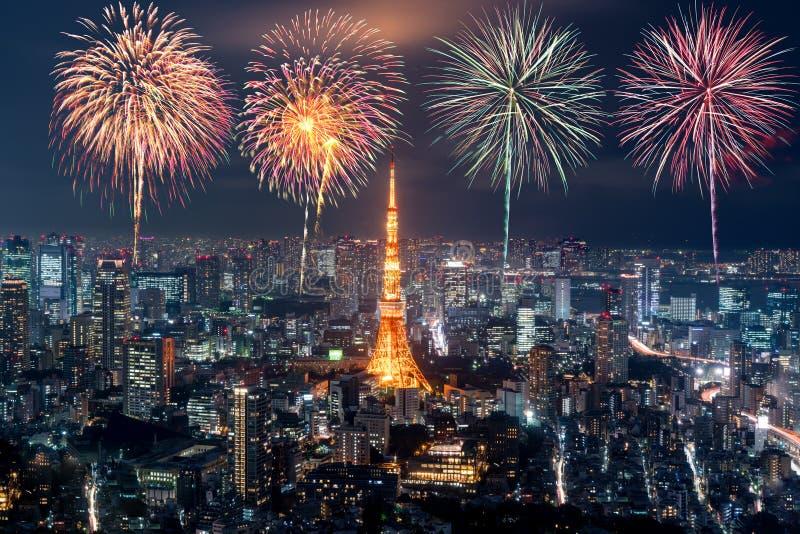 Tokio 's nachts, vuurwerk, nieuw jaar, viert over het tokio-cityscape in Japan 's nachts stock afbeeldingen