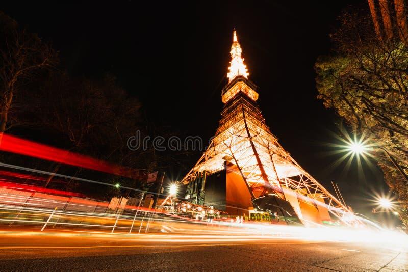 Tokio wierza przy nocą z światła ruchu śladami Japonia ikonowy symbol, Azja podróży miejsce przeznaczenia, Japoński turystyki poj fotografia stock