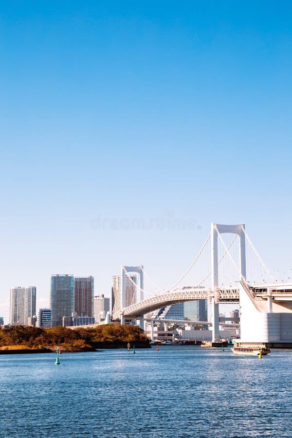 Tokio zatoki i Odaiba tęczy most w Japonia fotografia stock