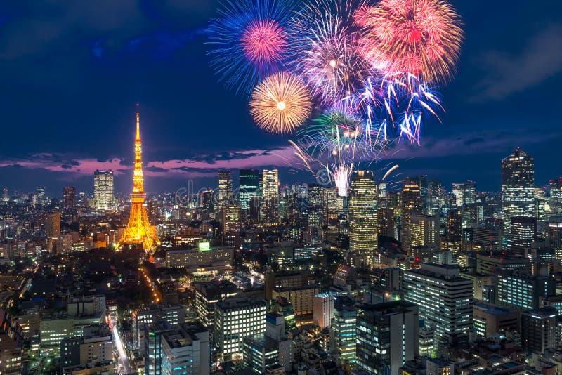 Tokyo bij nacht, Vuurwerk het nieuwe jaar vieren over Tokyo citysc stock foto's