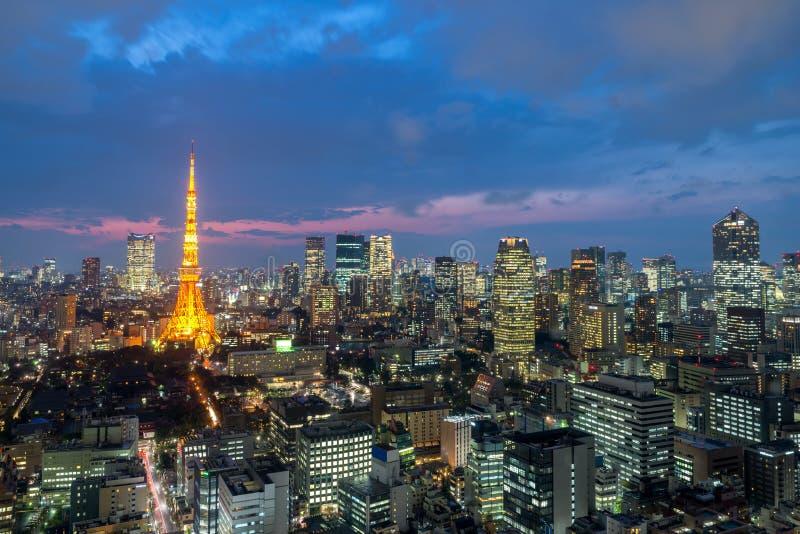 Tokyo bij Nigh mening van de toren van Tokyo, de stadshorizon van Tokyo, Tokyo Japan stock foto's