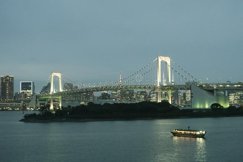Tokyo-Bucht Regenbogen-Brücke schließt Odaiba an den Rest von Tokyo, schönes d an lizenzfreies stockbild