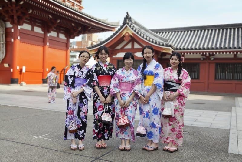 TOKYO - CIRCA IM JUNI 2016: Japsnese-Jugendlichen in den Kimonos an rotem japanischem Tempel Sensoji-ji in Asakusa, Tokyo, Japan lizenzfreie stockfotografie