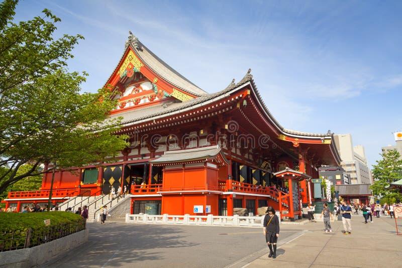 TOKYO - CIRCA IM JUNI 2016: Roter japanischer Tempel Sensoji-ji in Asakusa, Tokyo, Japan 16,2016 im Mai stockfoto
