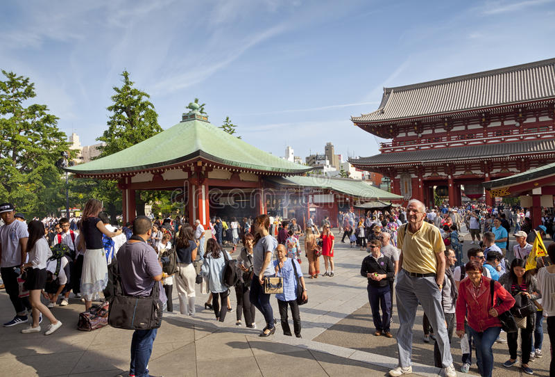 TOKYO - CIRCA IM JUNI 2016: Roter japanischer Tempel Sensoji-ji in Asakusa, Tokyo, Japan 16,2016 im Mai lizenzfreie stockfotografie