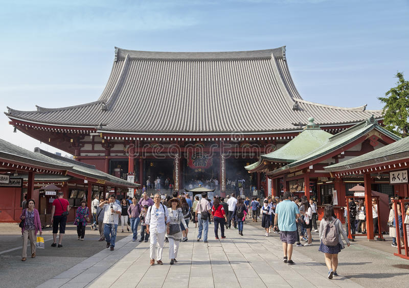 TOKYO - CIRCA IM JUNI 2016: Roter japanischer Tempel Sensoji-ji in Asakusa, Tokyo, Japan 16,2016 im Mai lizenzfreie stockfotos