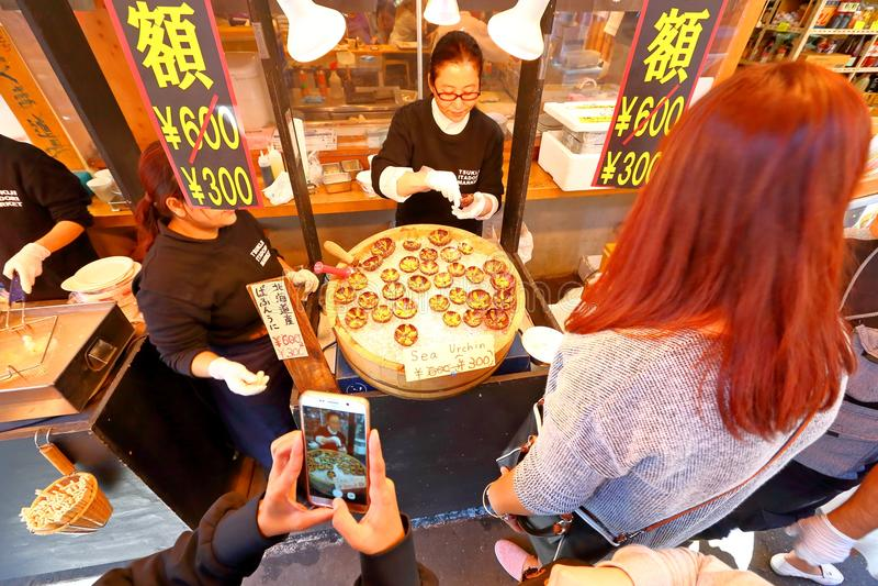 Tokyo: De Vissenmarkt van Tsukijizeevruchten royalty-vrije stock foto's